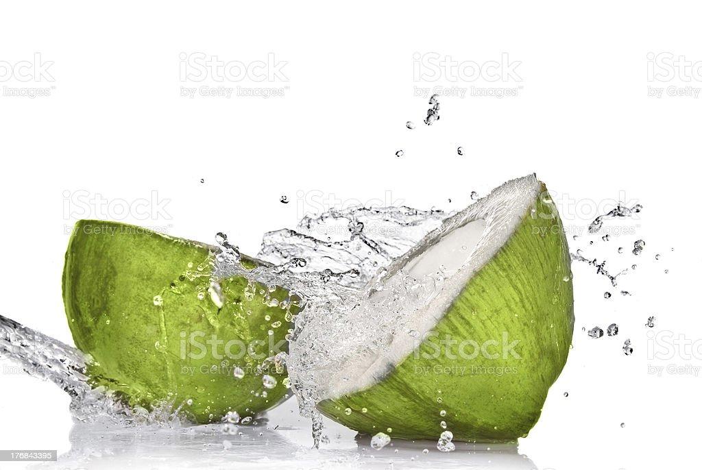 Coco verde com água splash Isolado no branco - foto de acervo