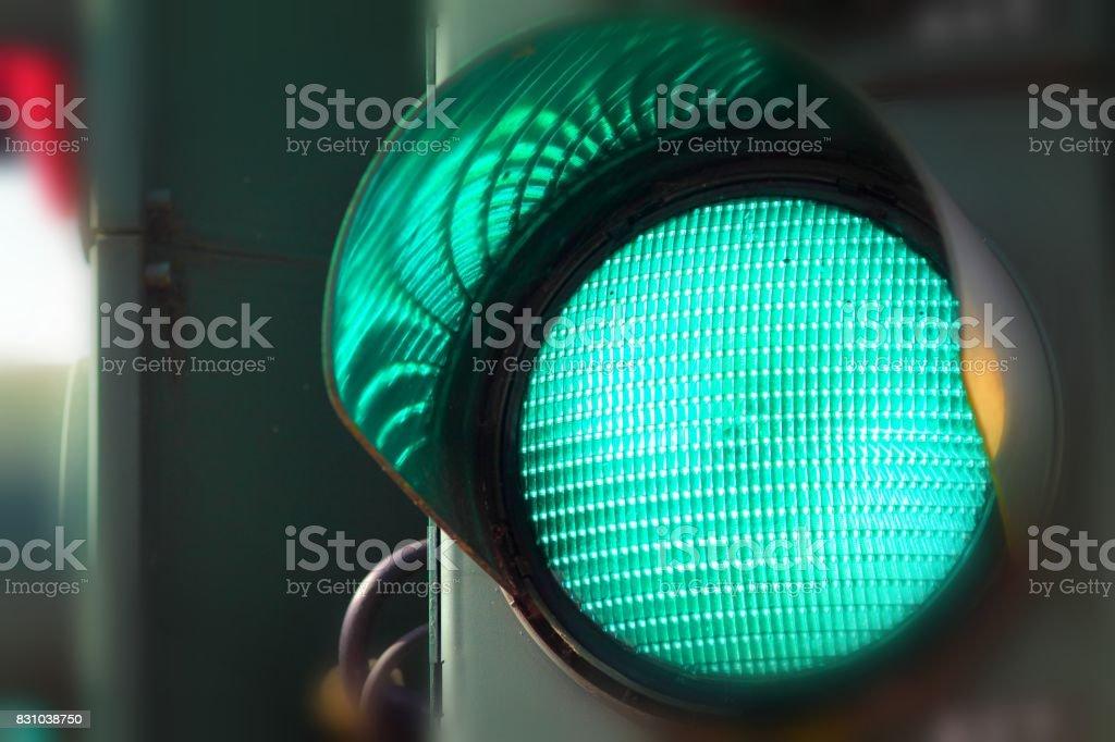 color verde en el semáforo. - foto de stock