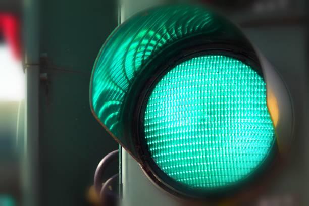 グリーンで、信号に向かいます。 ストックフォト