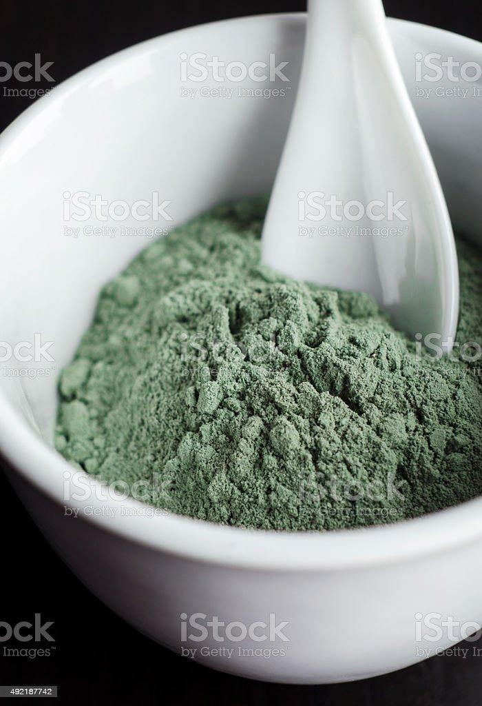 Vert argile de maquillage poudre dans un bol - Photo
