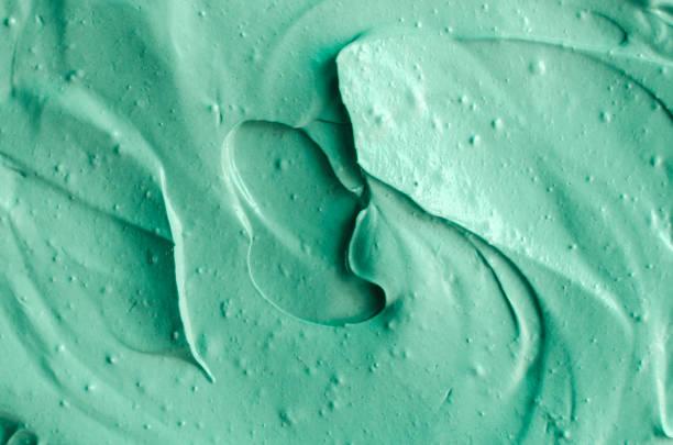 grüne tonerde kosmetische textur hautnah. zusammenfassung hintergrund. - makeup selbst gemacht stock-fotos und bilder