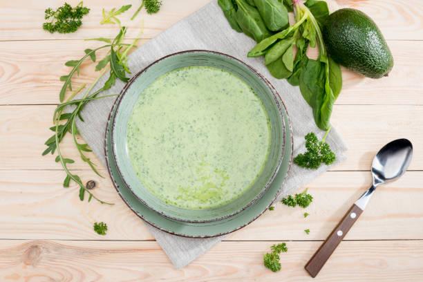 grüne cremige suppe mit frischen gesunden zutaten auf tisch - spinatsuppe stock-fotos und bilder