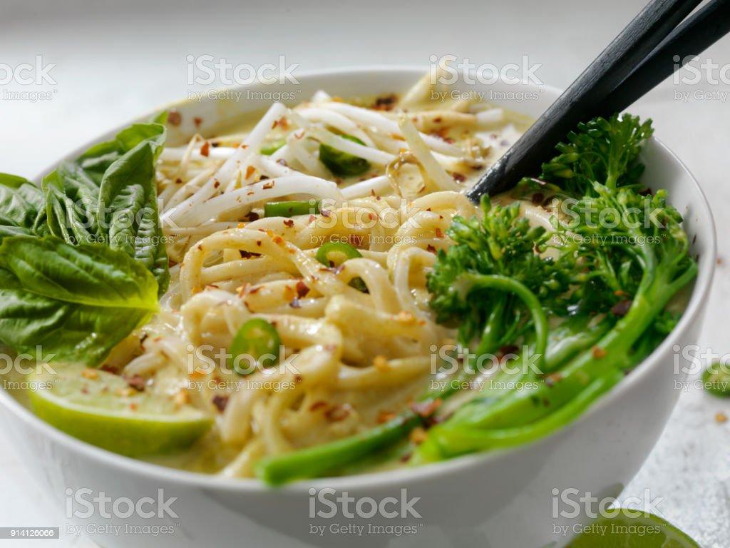 Grünes Curry Nudelsuppe mit Broccolini, Sojasprossen und frischem Basilikum, – Foto