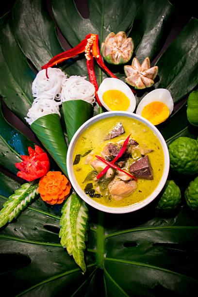 grünes curry (kaeng khiao wan) - kokoskuchen stock-fotos und bilder