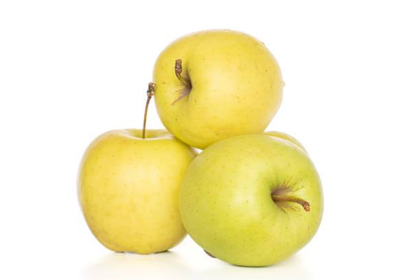 pomme délicieuse verte sur le blanc - golden photos et images de collection