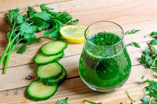 yeşil detoks suyu - meyve ve sebze suyu soğuk i̇çecek stok fotoğraflar ve resimler