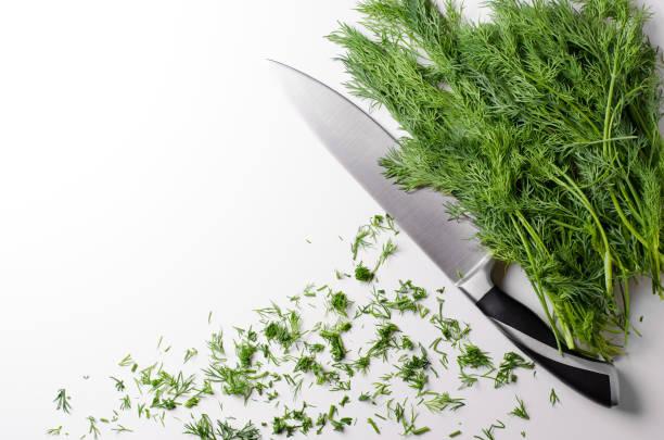 녹색 딜, 흰색 바탕에 부엌 칼 평평한 위쪽 보기 - 딜 허브 뉴스 사진 이미지