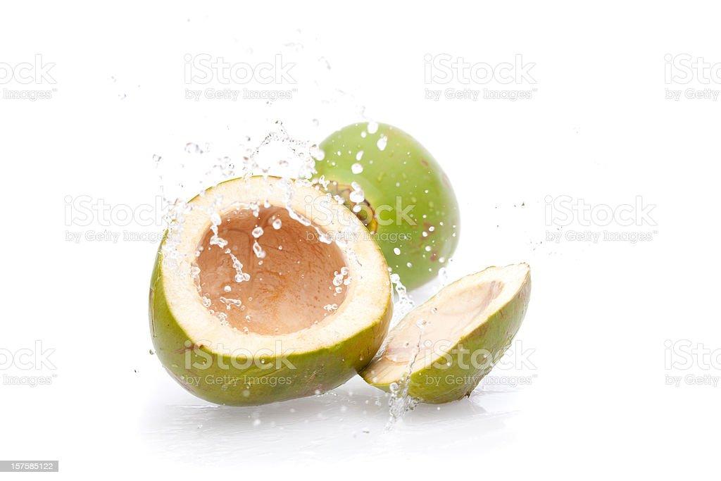 Bebida verde jogando água de coco - foto de acervo