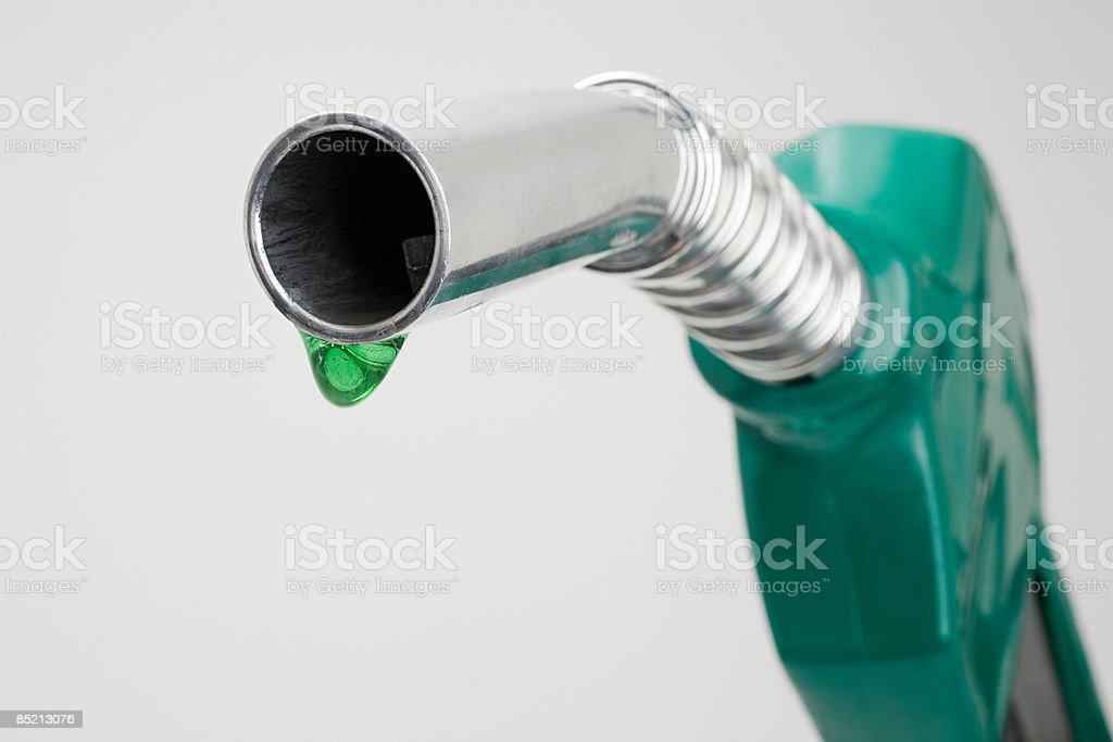 Vert droplet qui sortent d'une essence Pompe à essence photo libre de droits