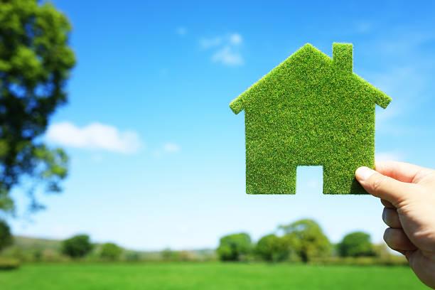 green ecological house in empty field - hand constructing industry stockfoto's en -beelden