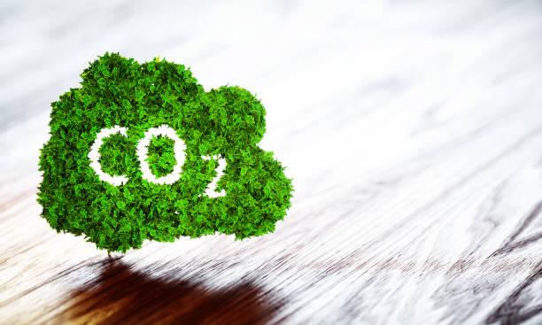 Icono verde ecología CO2 sobre fondo de madera - foto de stock