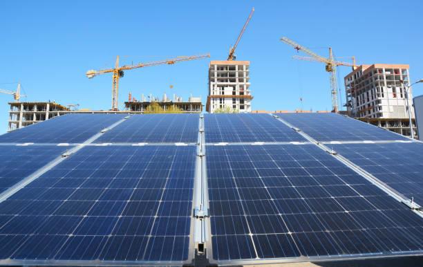 Groene energie uit zonnecel oogsten zon licht met kranen op de bouwplaats achtergrond als moderne wereldwijde bouw-industrie concept foto