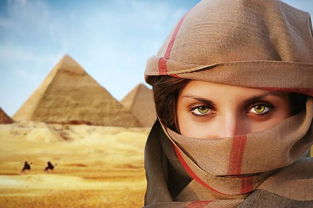 grün-eyed frau in chador - ägyptisches make up stock-fotos und bilder