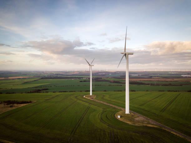 Grünes Feld mit Windrad, Deutschland – Foto