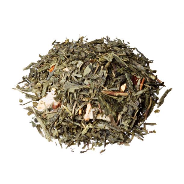 aromatisierter grüntee sencha tee mit erdbeere, heidelbee anhand - grüner tee koffein stock-fotos und bilder
