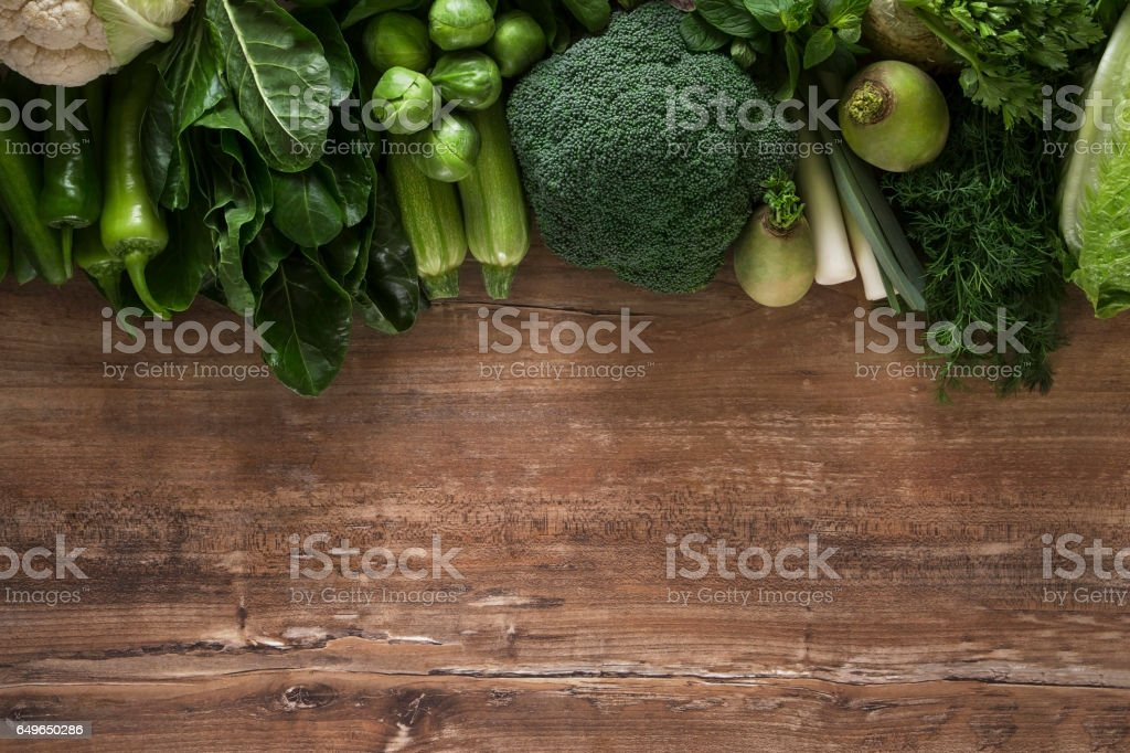 Légumes verts frais sur la Table de la cuisine - Photo de Brocoli libre de droits