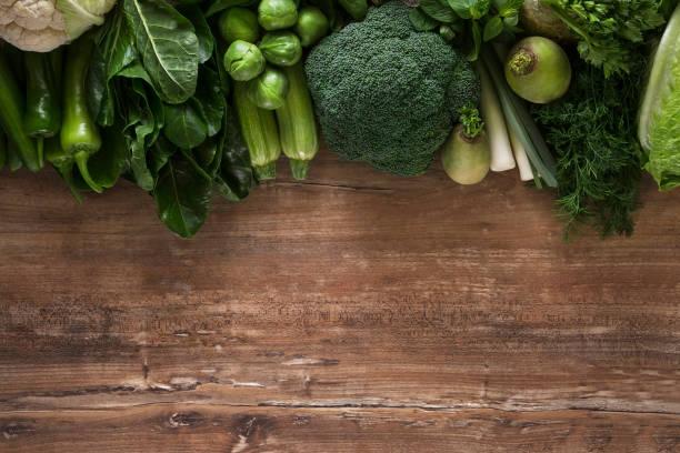frisches gemüse am küchentisch - mangoldgemüse stock-fotos und bilder