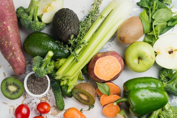 frutas verdes y vegetales sobre fondo blanco - vitamina a fotografías e imágenes de stock