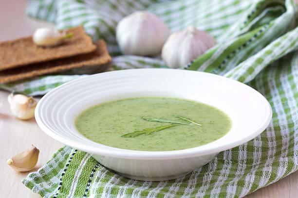 grüne knoblauch-creme suppe mit blätter rukola, rucola, gesund - spinatsuppe stock-fotos und bilder