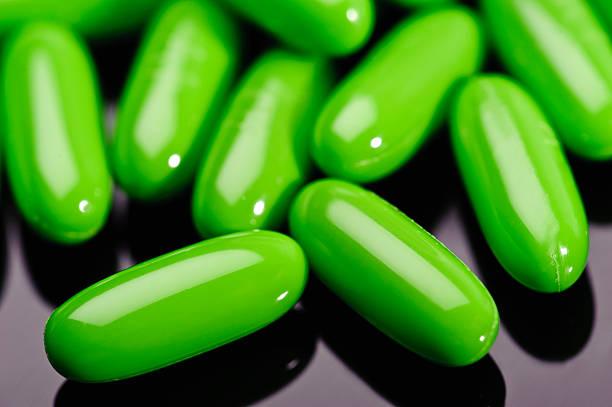 green-gel ernährung kapseln - grüner tee kapseln stock-fotos und bilder