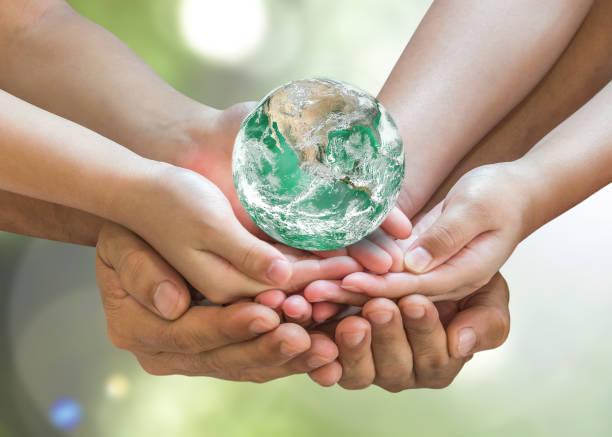 사람들이 개념 지구의 날 및 csr에 대 한 가족 자원 봉사 손에 녹색 세계. nasa에서 제공 하는이 이미지의 요소입니다. - 전도 사업 시설 뉴스 사진 이미지