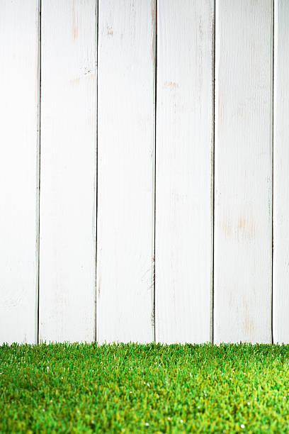 grünem gras und weiß gartenzaun - lattenzaun garten stock-fotos und bilder