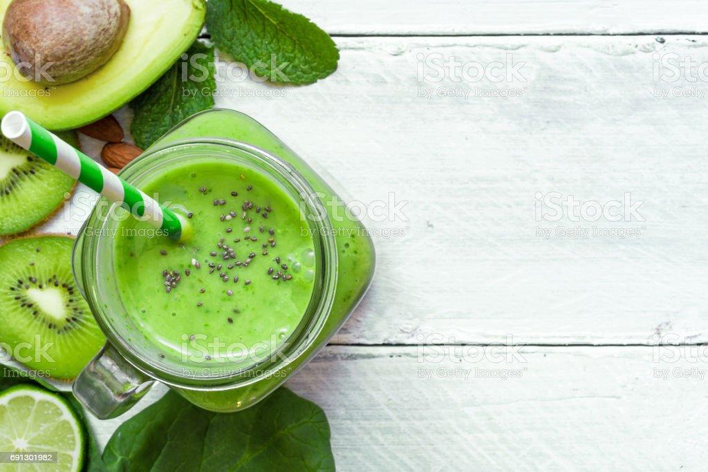 verde saludable batido de aguacate, espinacas, kiwi, Lima y chi - foto de stock