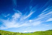 緑の丘とクラウド