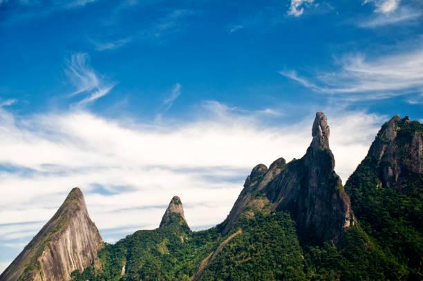 Grüne Hügel-Regenwald-Petrópolis Berge-Dedo de Deus-Klassischer Berg zum Klettern – Foto
