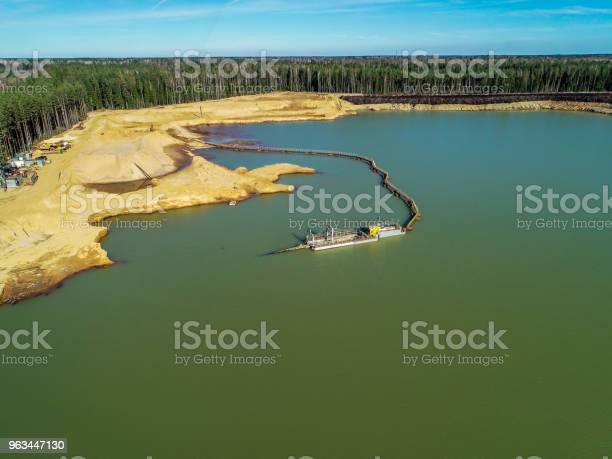 Zielone Jezioro Ze Szmaragdową Wodą W Środku Lasu Zdjęcie Z Wysokości - zdjęcia stockowe i więcej obrazów Bez ludzi