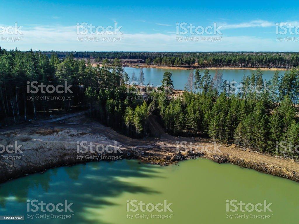 Orman fotoğraf yükseklikten ortasında zümrüt su ile yeşil göl - Royalty-free Ada Stok görsel