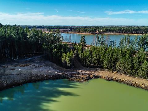 Orman Fotoğraf Yükseklikten Ortasında Zümrüt Su Ile Yeşil Göl Stok Fotoğraflar & Ada'nin Daha Fazla Resimleri