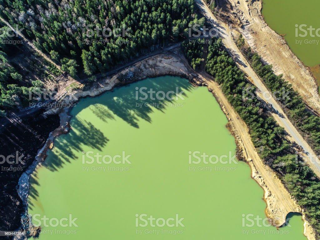 gröna sjön med smaragdgröna vatten mitt i skogen fotot från höjden - Royaltyfri Berg Bildbanksbilder