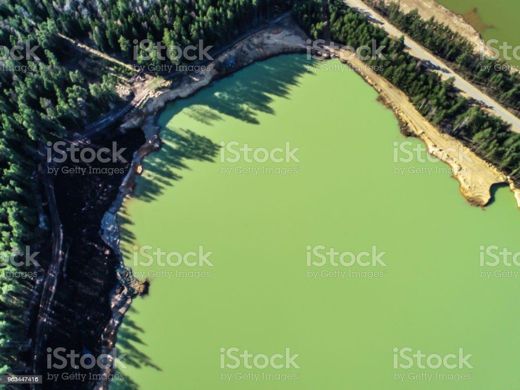 Lac vert avec de l'eau émeraude dans le milieu de la photo de la forêt de la hauteur - Photo de Baie - Eau libre de droits