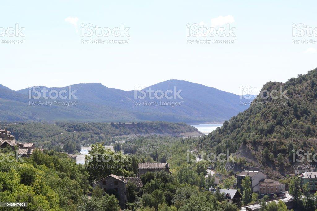 Un verde paisaje del lago artificial Mediano en el Pirineo Aragonés Español visto desde la ciudad pequeña tradicional Ainsa - foto de stock