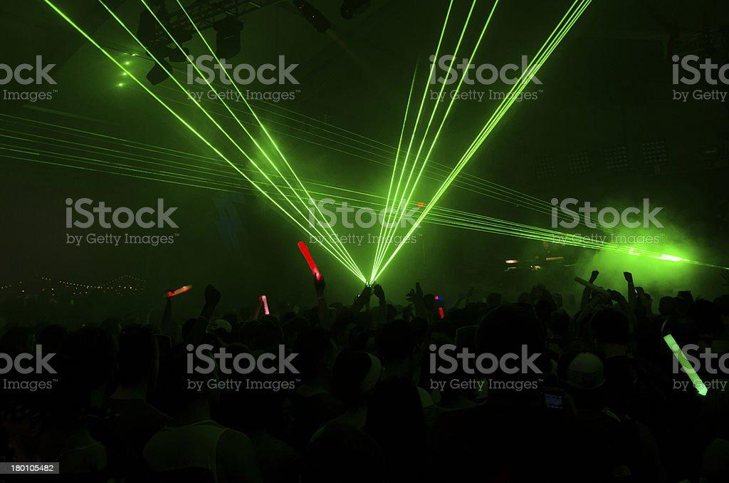 Luce laser verde con folla concerto fotografie stock e altre