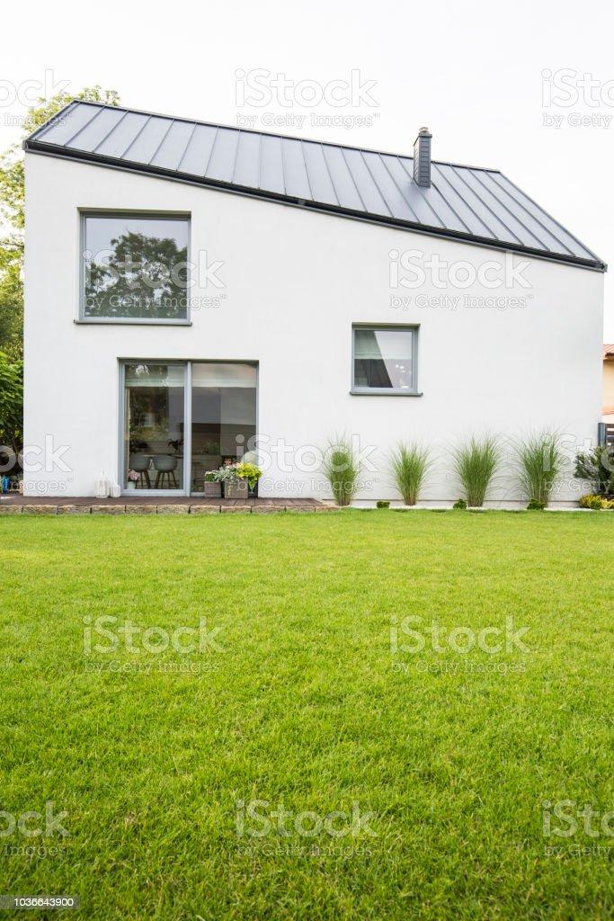 Césped Verde En El Patio Trasero De Una Casa De Lujo Con Terraza De Madera En El Verano Foto Real Foto De Stock Y Más Banco De Imágenes De Aire Libre