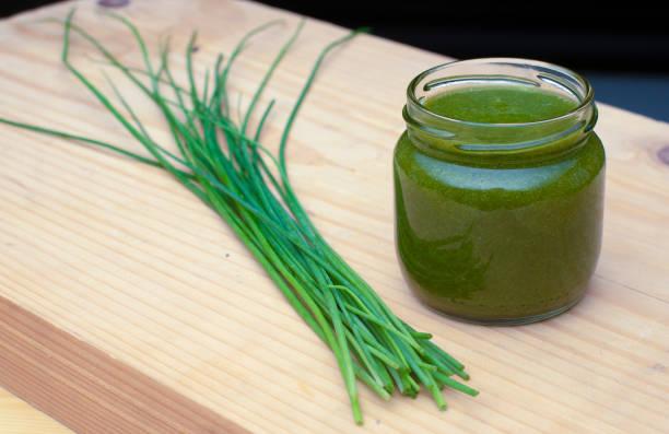 Grüne Blattläunentgiftung und Diät-Food-Smoothie – Foto