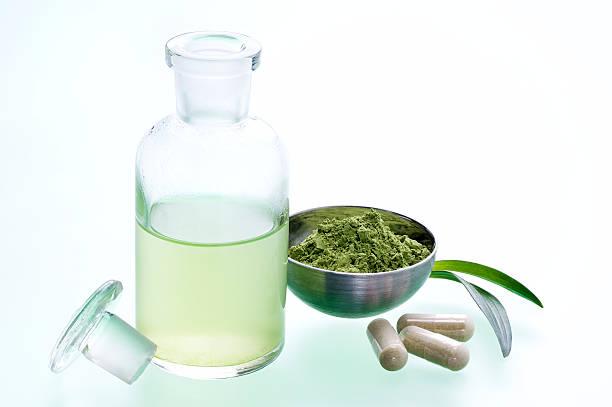natürliche medizin - grüner tee kapseln stock-fotos und bilder