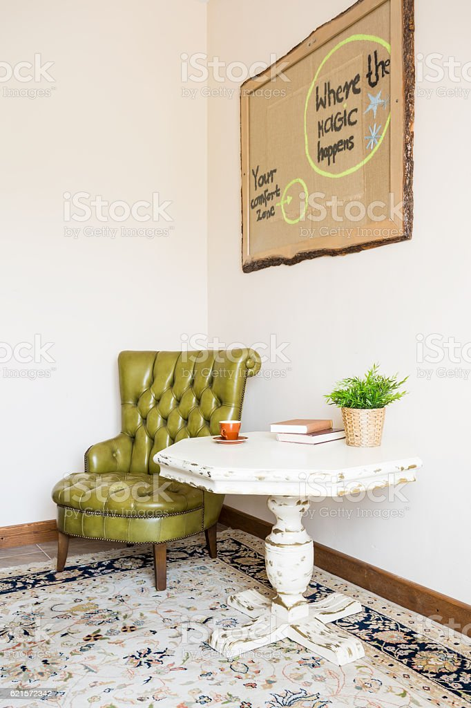 Green leather armchair and table photo libre de droits