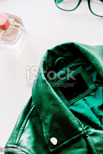 Gafas Blanco Chaqueta Sobre Cuero Istock Y Verde Sol De Fondo vZnAw6