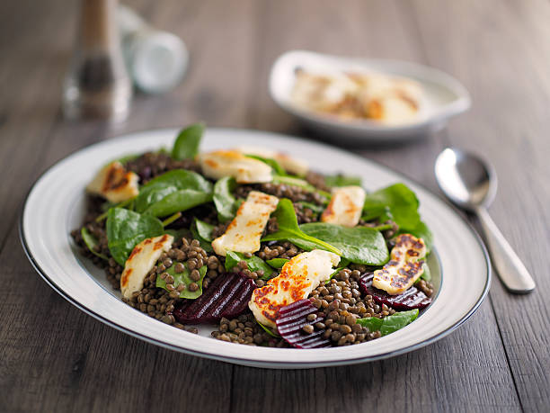 green lentil salad with beetroot and grilled halloumi - lenticchie verdi foto e immagini stock