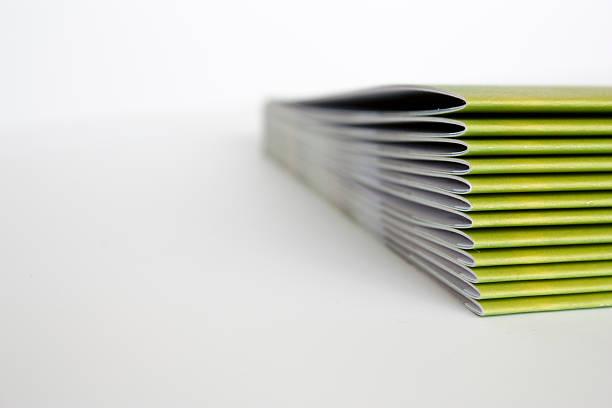 green zeitschriften - druckerzeugnis stock-fotos und bilder