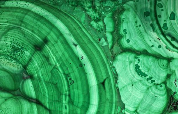 malachiet groen mooie donkere textuur macro - malachiet stockfoto's en -beelden