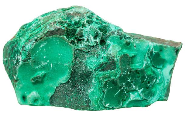 grünen malachitsteinen mineral stein, isoliert auf weiss - malachit stock-fotos und bilder
