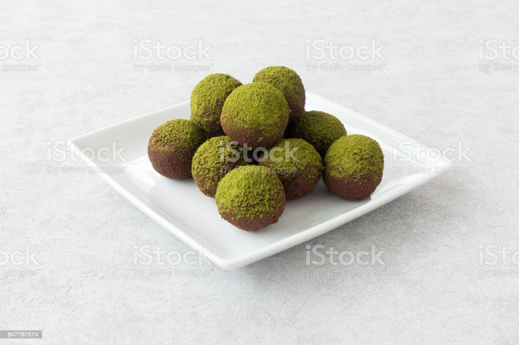 Grünen Matcha Energiekugeln auf weißen Teller – Foto