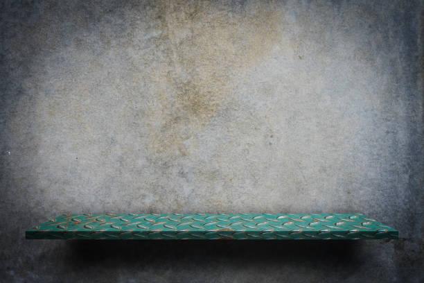 Contador de la exhibición del estante del metal verde en pared Grunge - foto de stock