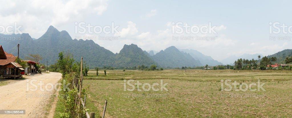 Grüne Berglandschaften in der Nähe des Dorfes Pha Tang im Vang Vieng Gebiet von Laos. - Lizenzfrei Abenteuer Stock-Foto
