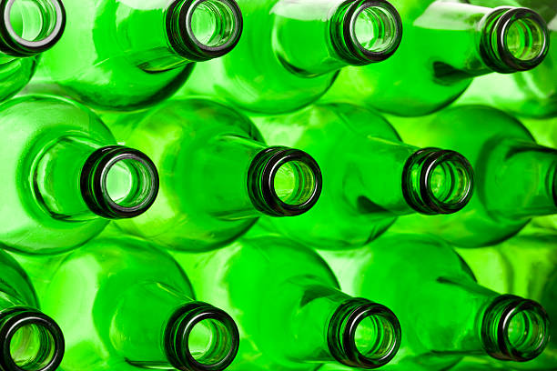 grüne ausschnitte von bier in flaschen. - recycelte weinflaschen stock-fotos und bilder