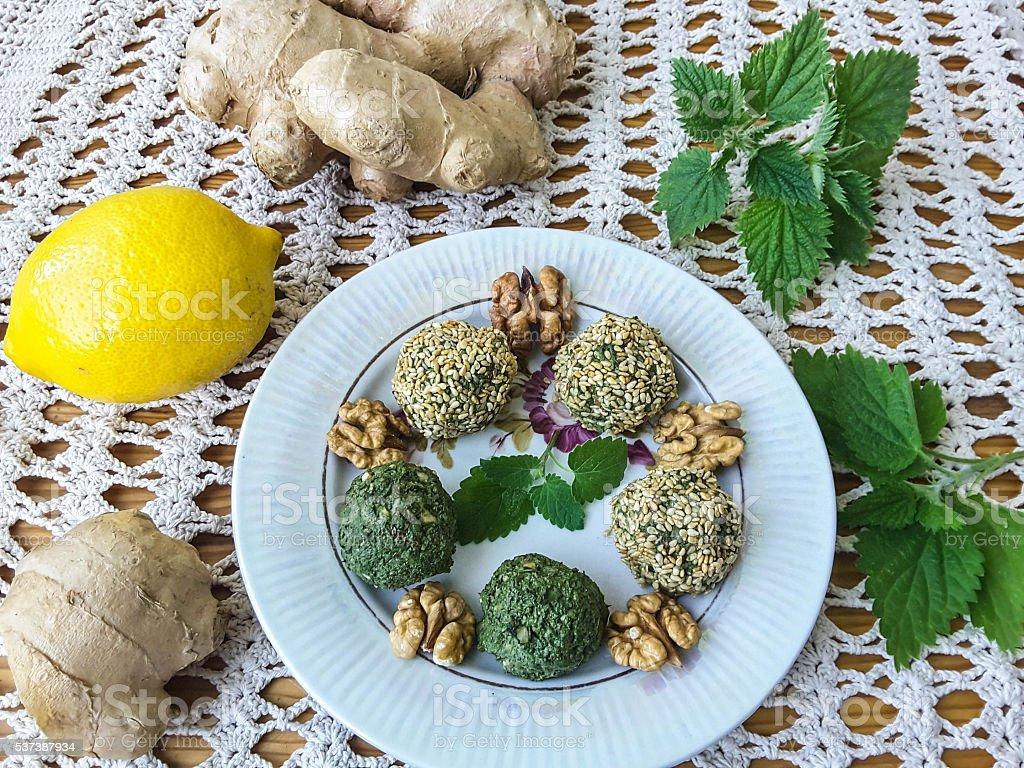 Зеленый крапивный Паштет вставьте с грецкими, имбирь, кориандр и лимонный стоковое фото
